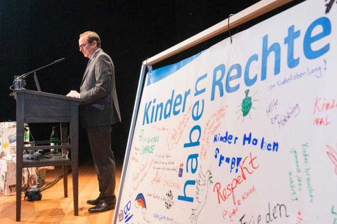 """Foto: Oberbürgermeister Thomas Kufen bei der Tagung """"Welterbe Kinderrechte! – 30 Jahre UN-Kinderrechtskonvention""""."""