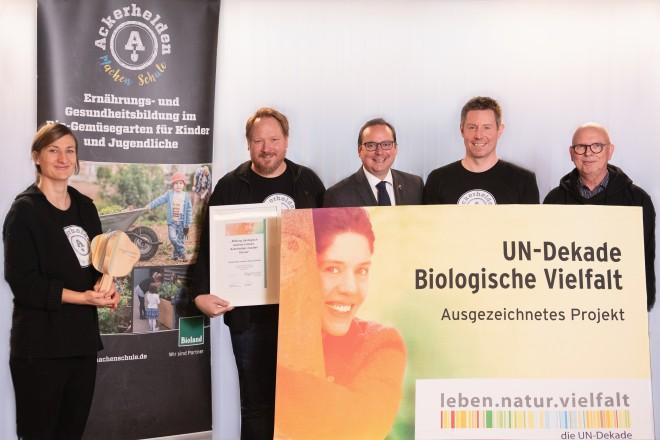 """Foto: Die gemeinnützige Organisation """"Ackerhelden machen Schule"""" wurde von Oberbürgermeister Thomas Kufen als offizielles UN-Dekaden-Projekt ausgezeichnet."""