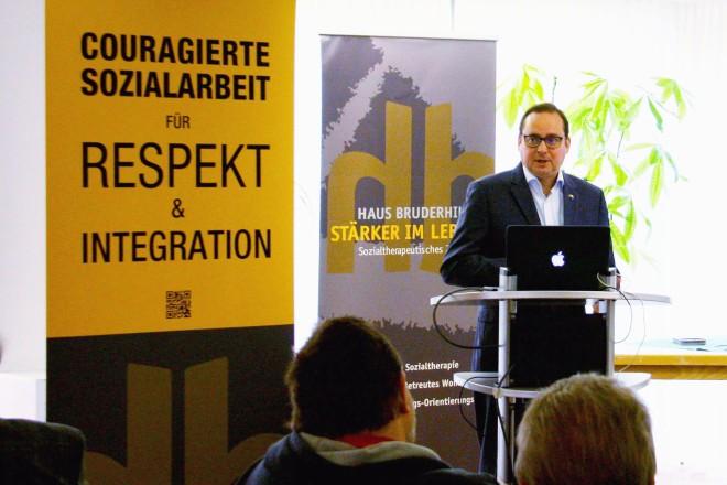 """Foto: Oberbürgermeister Thomas Kufen beim Thementag """"Couragierte Sozialarbeit für Respekt und Integration"""" im Haus Bruderhilfe."""