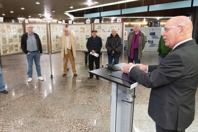 """Foto: Bürgermeister Rudolf Jelinek eröffnete die Briefmarkenausstellung """"Unterwegs zum Rathaus - Verkehrsmittel im Spiel der Philatelie""""."""