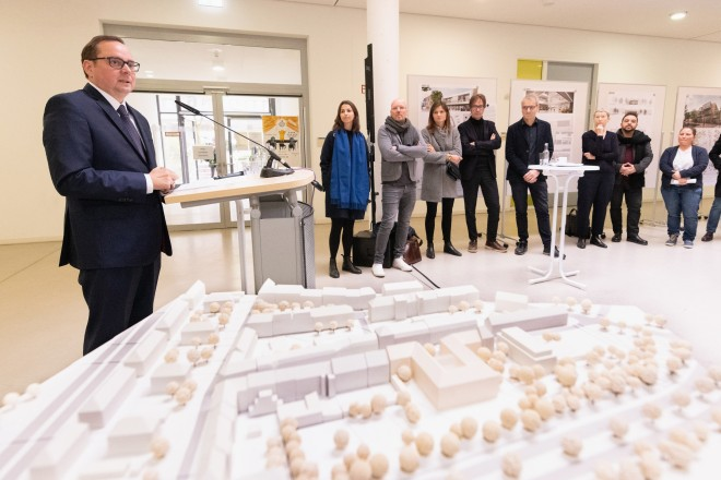 Foto: Oberbürgermeister Thomas Kufen eröffnet die Ausstellung des Architekturwettbewerbs zum bau der neuen Tegelschule. Die Ausstellung fand im Foyer der Universität Duisburg-Essen statt.