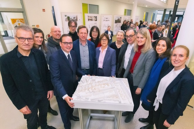 Foto: Oberbürgermeister Thomas Kufen eröffnet die Ausstellung des Architekturwettbewerbs zum Neubau der Tiegelschule. Thomas Kufen (dritter von links) mit den Beigeordneten Frau Simone Raskob (mitte vorne) und Muchtar Al Ghusain (vierter von rechts), sowie Frau Dr. Isabell van Ackeren, Uni Duisburg-Essen (dritte von rechts).