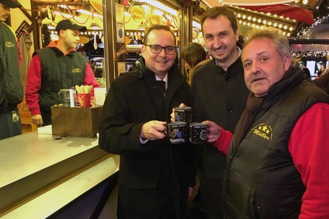 Foto: Rundgang über den Internationalen Weihnachtsmarkt mit Oberbürgermeister Thomas Kufen (l.), EMG-Geschäftsführer Richard Röhrhoff und Schausteller Richard Müller (r.)