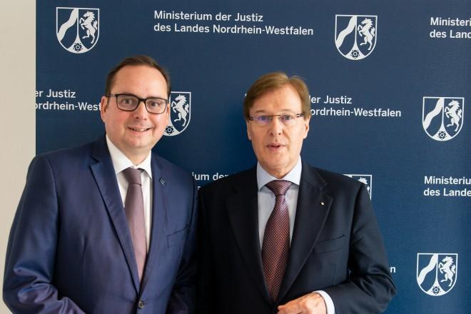 Foto: Peter Biesenbach, Minister der Justiz in Nordrhein-Westfalen, und Oberbürgermeister Thomas Kufen trafen sich anlässlich der Einrichtung eines weiteren Standortes des Ausbildungszentrums der Justiz