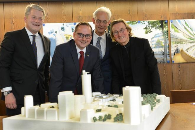 Foto: HOCHTIEF-Vorstand Nikolaus Graf von Matuschka, Oberbürgermeister Thomas Kufen, Stadtdirektor Jürgen Best und der Architekt Jurek M. Slapa vor einem Modell der neuen HOCHTIEF-Firmenzentrale.