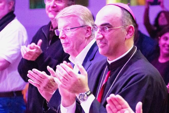 Foto: Bürgermeister Franz-Josef Britz bei der Darbietung des Musikprojekts Strings of Soul in der Kreuzeskirche Essen.