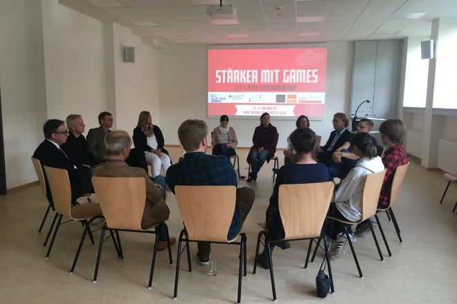 """Foto: Die am Projekt """"Stärker mit Games"""" beteiligten Akteure und einige Gäste bei der Gesprächsrunde zum Ferienworkshop."""