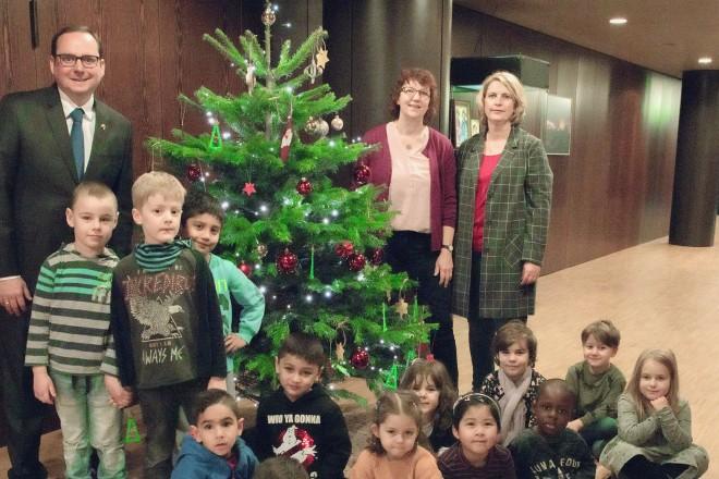 Foto: Oberbürgermeister Thomas Kufen freut sich über den von den Kindern der Kindertagesstätte Lysegang geschmückten Tannenbaum. Foto: Elke Brochhagen, Stadt Essen