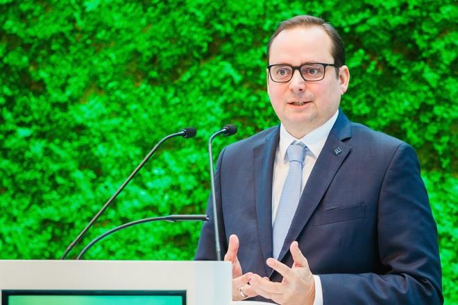 """Foto: Oberbürgermeister Thomas Kufen spricht auf dem """"Summit Umweltwirtschaft.NRW 2019"""", in der Messe Essen."""