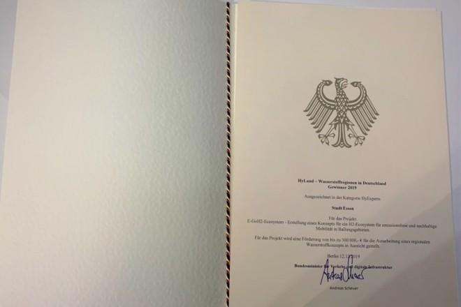 Der von Bundesminister Andreas Scheuer unterzeichnete Förderbescheid.