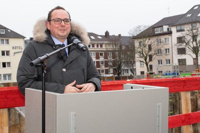 """Foto: Grundsteinlegung zum neuen Huyssen-Quartier """"PHIL - Leben in Harmonie"""", gegenüber der Essener Philharmonie. Oberbürgermeister Thomas Kufen begrüßt die Anwesenden."""
