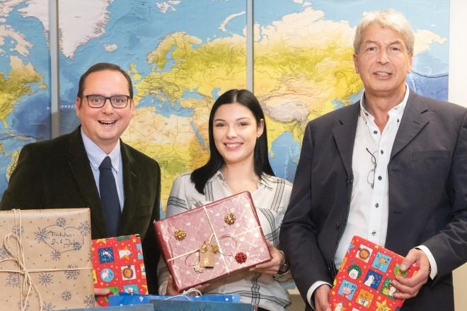 Foto: Oberbürgermeister Thomas Kufen, Auszubildende Kim Gerlach und der Vorsitzende des Personalrats, Kai-Uwe Gaida freuen sich über die vielen eingegangenen Weihnachtspäckchen.