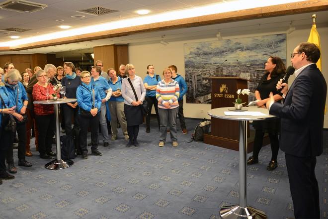 Oberbürgermeister Thomas Kufen begrüßt die Volunteers der GHE zum Jahresabschluss