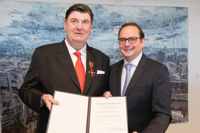 Professor Dr. Peter Zec (Geschäftsführender Gesellschafter der Red Dot GmbH & Co. KG) erhielt von Oberbürgermeister Thomas Kufen das Verdienstkreuz am Bande. Foto: Moritz Leick, Stadt Essen