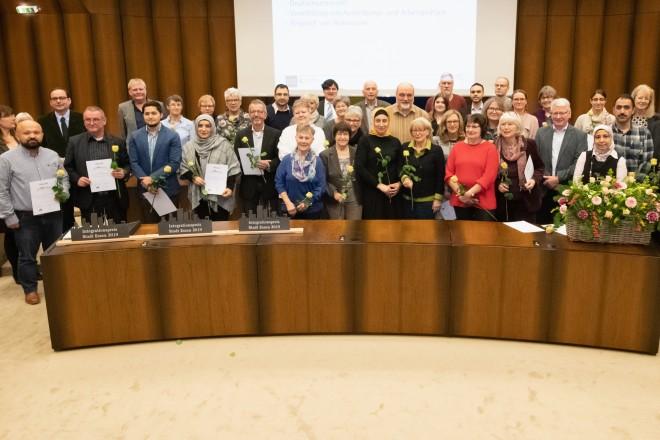 Foto: Oberbürgermeister Thomas Kufen gratuliert den Teilnemehrn des Integrationspreises.