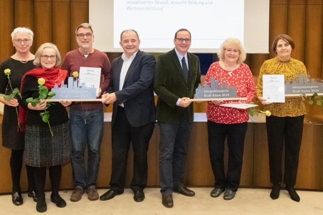 Foto: Oberbürgermeister Thomas Kufen gratuliert den Gewinnern, des ersten bis dritten Platzes des Integrationspreises.