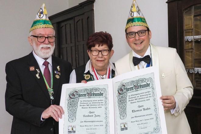 Norbert Janz (links) wurde zum Ehrenmitglied und Oberbürgermeister Thomas Kufen (rechts) zum Ehrensenator ernannt. Die 1. Vorsitzende der GKG Fidelitas, Ingrid Thiedemann (Mitte), überreichte die Urkunden. Foto: Renate Debus-Gohl