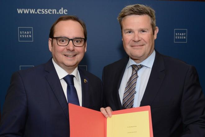 Oberbürgermeister Thomas Kufen gratuliert Stadtkämmerer Gerhard Grabenkamp zum 40jährigen Dienstjubiläum