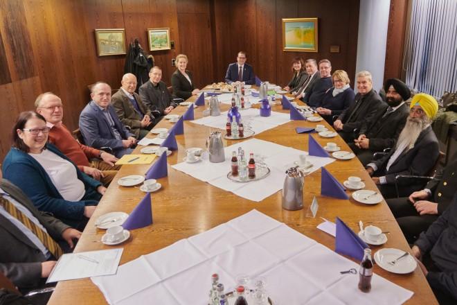 Foto: Oberbürgermeister Thomas Kufen empfingt den Initiativkreis Religionen in Essen im Rathaus.