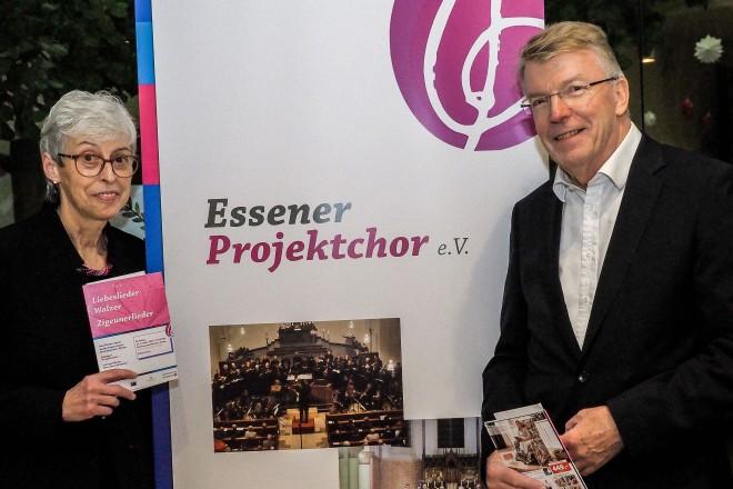 5 Jahre Essener Projektchor Vor Konzertbeginn trafen sich Bürgermeister Franz-Josef Britz und Angelika Spörkel (Vorsitzende des Essener Projektchores) im Foye