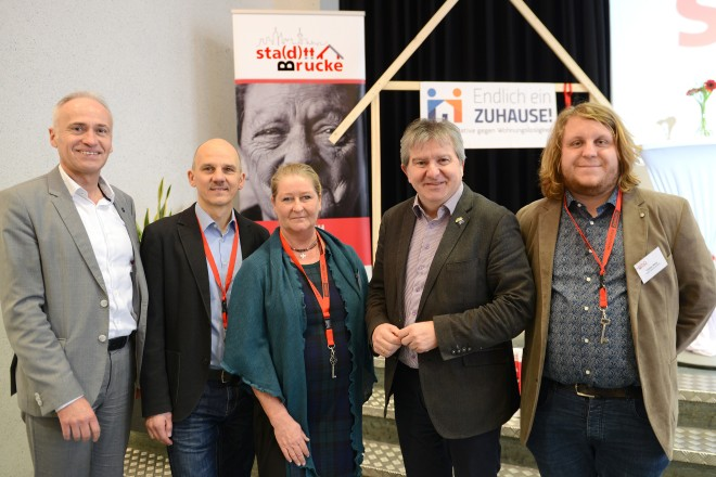 """Auftaktveranstaltung zum Projekt """"sta(d)tt-Brücke"""" des CVJM Essen Sozialwerks und der Stadt Essen. V.l.n.r: Hartmut Peltz (Amt für Soziales und Wohnen), Dirk Mesenbrock (""""sta(d)tt-Brücke""""-Projektleiter), Doris Haehnel (""""sta(d)tt-Brücke""""-Team), Stadtdirektor Peter Renzel und Tobias Welp (""""sta(d)tt-Brücke""""-Team)."""