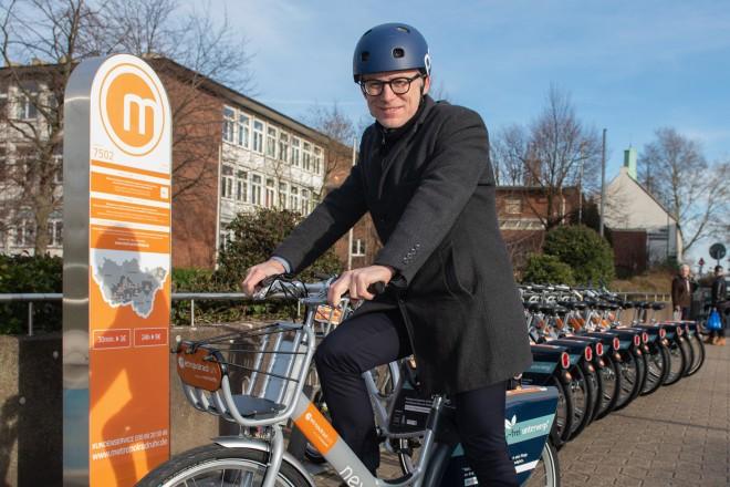 Martin Harter (Beigeordneter für den Geschäftsbereich Stadtplanung und Bauen) präsentiert ein neues Mietrad von metropolradruhr.