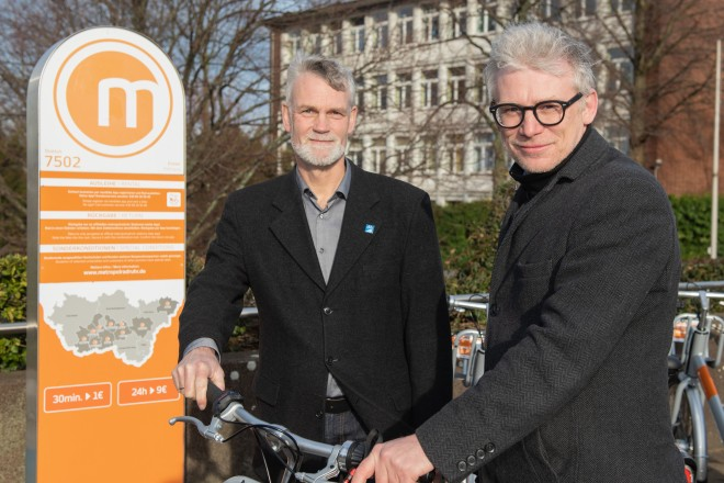 """Präsentation des Projektes """"CO2-frei zum Rathaus"""". V.l.n.r.: Christian Wagener (Radverkehrsbeauftragter der Stadt Essen) und Martin Harter (Beigeordneter für den Geschäftsbereich Stadtplanung und Bauen)."""
