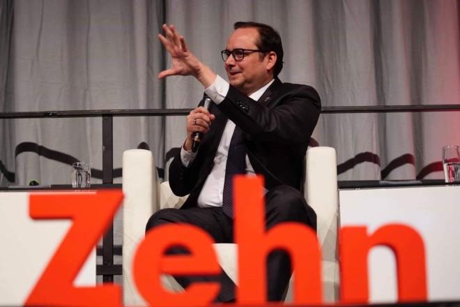 """Oberbürgermeister Thomas Kufen beim Diskussionspanel """"WAR DA WAS? – Ruhr.2010 und die Folgen""""."""