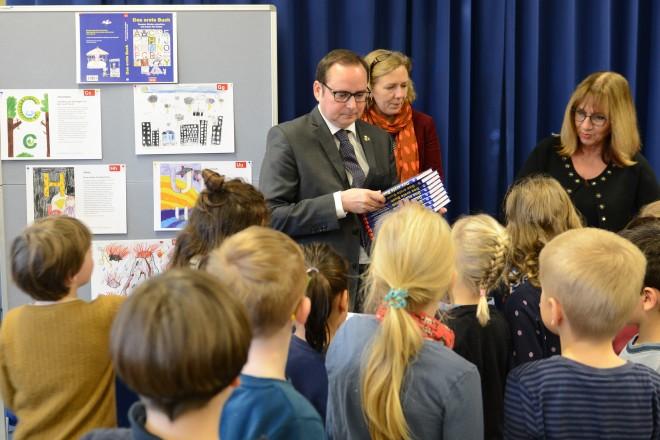 """Lesung und Buchübergabe """" Das erste Buch für Essen 2019/2020 """" in der Andreasschule"""