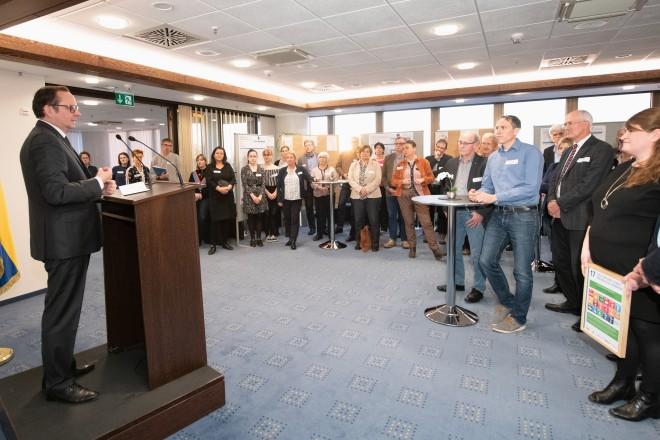 """Oberbürgermeister Thomas Kufen begrüßte die Steuerungsgruppe """"Global nachhaltige Kommune"""" in der 22. Etage des Essener Rathauses."""