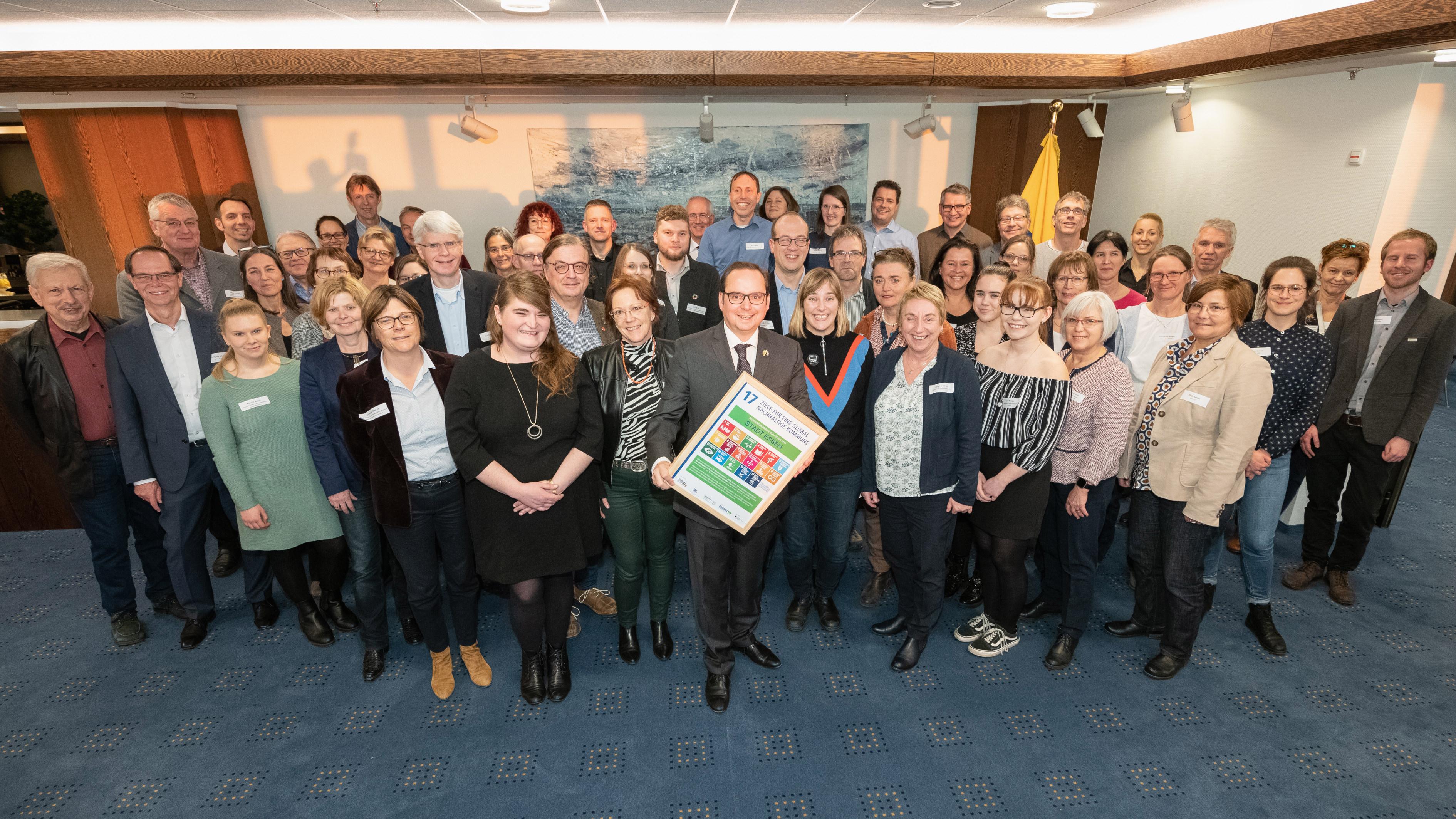 """Oberbürgermeister Thomas Kufen wurde eine Urkunde übergeben, die die Stadt Essen als """"Zeichnungskommune der 2030-Agenda"""" auszeichnet."""
