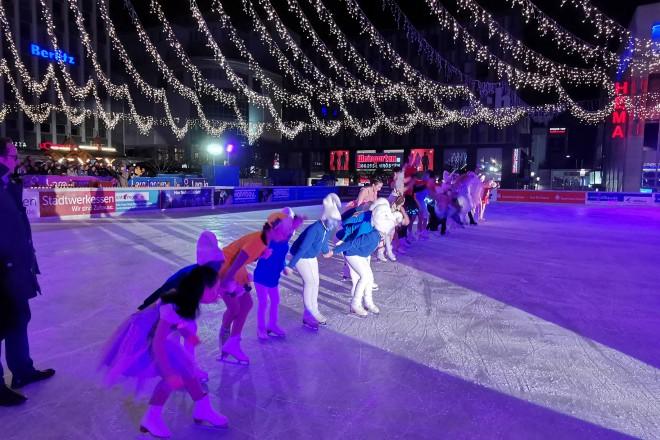 Foto: Die jungen Eiskunstläuferinnen und -läufer des EJE – Essener Jugend-Eiskunstlauf Verein e.V. faszinierten mit ihrer Choreographie.