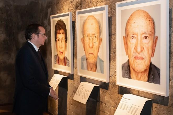 """Foto: Oberbürgermeister Thomas Kufen in der Ausstellung """"Survivors"""" auf Zeche Zollverein."""