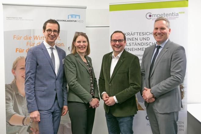 Foto: Von links: Bodo Kalveram (Leiter NRW Regionalagentur MEO), Sandra Spiegel (Leiterin Competentia MEO), Thomas Kufen (Oberbürgermeister der Stadt Essen) und Andre Boschem (Geschäftsführer der EWG - Essener Wirtschaftsförderungsgesellschaft mbH).