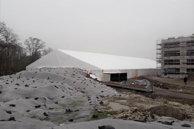 Foto: Einhausung des Sanierungsbereichs 2 auf dem Baufeld der Gustav-Heinemann-Gesamtschule