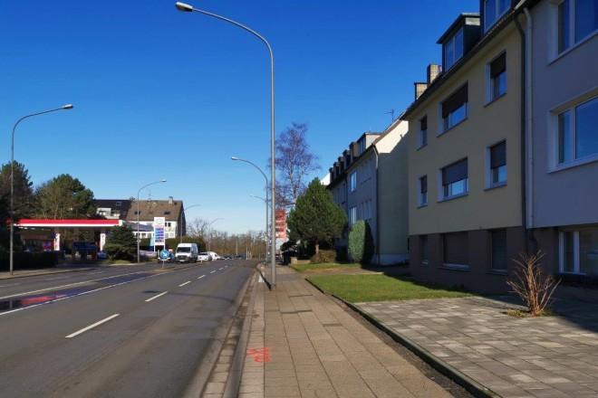 Unter anderem an dieser Stelle, unmittelbar vor der Kreuzung Alfredstraße/ Frankestraße, wird ein Schild mit einem Hinweis auf die Geschwindkeitsänderung im weiteren Straßenverlauf aufgestellt.