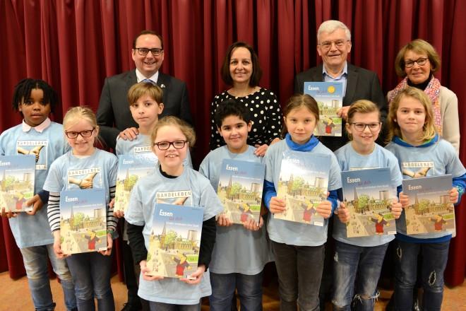 """Übergabe des """"Stadtbuch für Kinder"""" in der Barlebenschule. Foto: Elke Brochhagen, Stadt Essen"""
