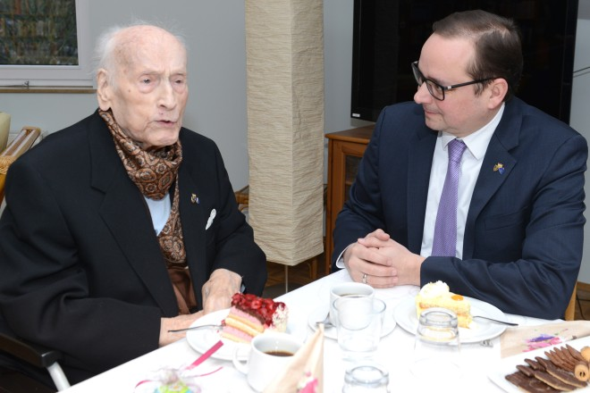 Oberbürgermeister Thomas Kufen gratuliert Dr. Topp zu seinem 99.Geburtstag