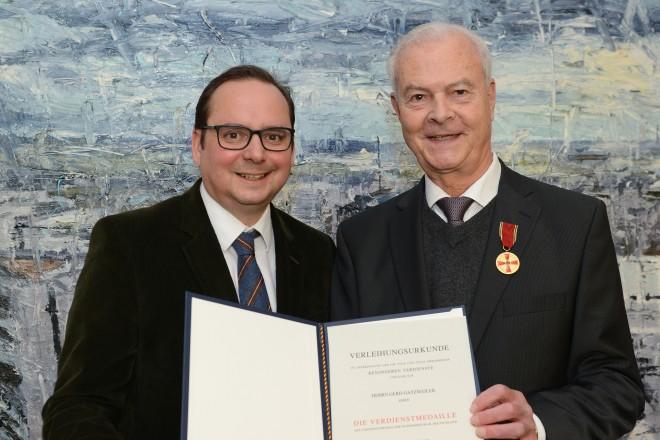 Oberbürgermeister Thomas Kufen überreicht die Verdienstmedaille an Gerd Gatzweiler. Foto: Elke Brochhagen, Stadt Essen