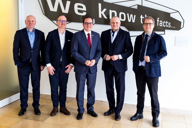 Oberbürgermeister Thomas Kufen (v.l.n.r.): Prof. Dr. Achim Truger, Prof. Dr. Dr. h.c. Lars P. Feld, OB Kufen, Oberbürgermeister Thomas Kufen (v.l.n.r.): Prof. Dr. Achim Truger, Prof. Dr. Dr. h.c. Lars P. Feld, OB Kufen, Prof. Dr. Dr. h.c. Christoph M. Schmidt, Prof. Volker Wieland, Ph.D