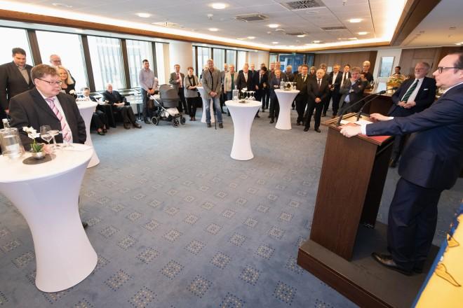 An der Verabschiedung in der 22. Etage des Essener Rathauses nahmen sowohl Vertreterinnen und Vertreter aus Politik und Verwaltung als auch aus der Essener Medizinlandschaft teil.
