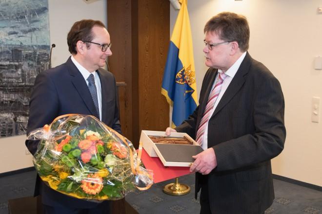 Oberbürgermeister Thomas Kufen verabschiedete Dr. Rainer Kundt und überreichte eine kleine Skulptur von Cosmas und Damian, den Schutzpatronen der Stadt Essen.