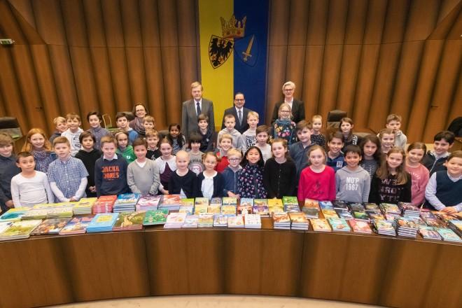 Foto: Oberbürgermeister Thomas Kufen (hintere Reihe, Mitte) begrüßt die Gewinner des Mathematikwettbewerbs, die anlässlich ihrer Siegerehrung in den Essener Ratssaal kamen. Foto: Moritz Leick, Stadt Essen