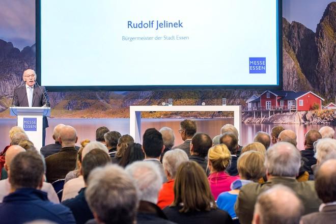 Rudolf Jelinek, Erster Bürgermeister der Stadt Essen, begrüßte bei der Eröffnungsfeier der Reise + Camping 2020 auf der Bühne der Skandinavienwelt in Halle 8. Foto: Rainer Schimm, Messe Essen