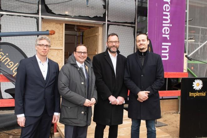 Foto: Oberbürgermeister Thomas Kufen beim Richtfest zum neuen Hotelgebäude Premier Inn, am Essener Hauptbahnhof. Thomas Kufen (2. von links) zusammen mit Marc Siepmann (Implenia, 2. von rechts) und Sebastian Krebs (Premier Inn, rechts).