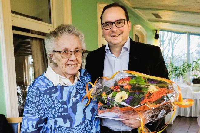 Foto: Oberbürgermeister Thomas Kufen gratulierte Irmgard Groß zum 90. Geburtstag.