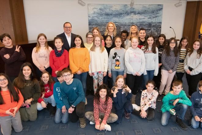 Foto: Schülerinnen und Schüler der Franz-Dinnendahl-Realschule in Kray folgten der Einladung von Oberbürgermeister Thomas Kufen und trafen Ihn in der 22. Etage des Essener Rathauses.
