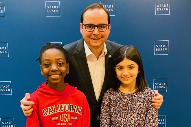 Foto: Oberbürgermeister Thomas Kufen mit den Schülerinnen Ashley und Alina