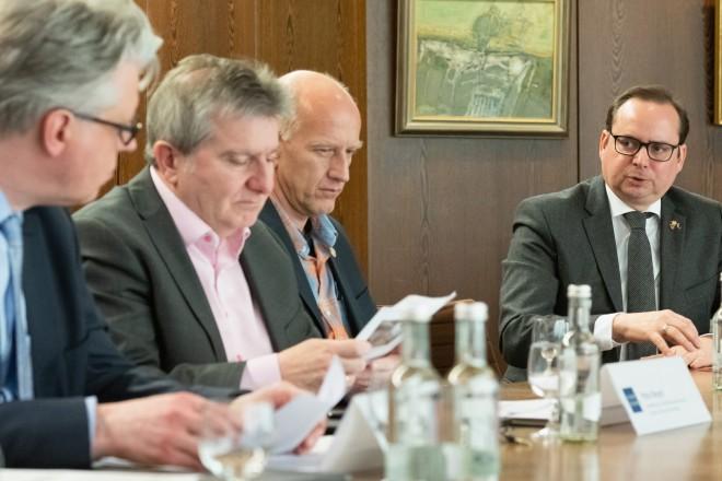 Oberbürgermeister Thomas Kufen während der Pressekonferenz zur aktuellen Situation Coronavirus in Essen.