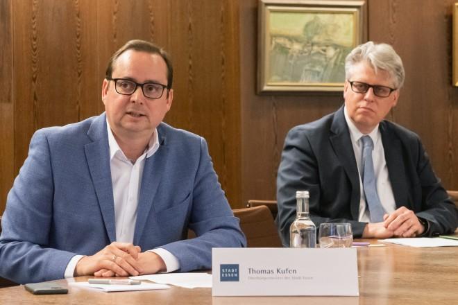 Oberbürgermeister Thomas Kufen (links) und Ordnungsdezernent Christian Kromberg (rechts) bei der Pressekonferenz.